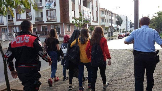 Düzce'de okuldan kaçan öğrencilere polis engeli