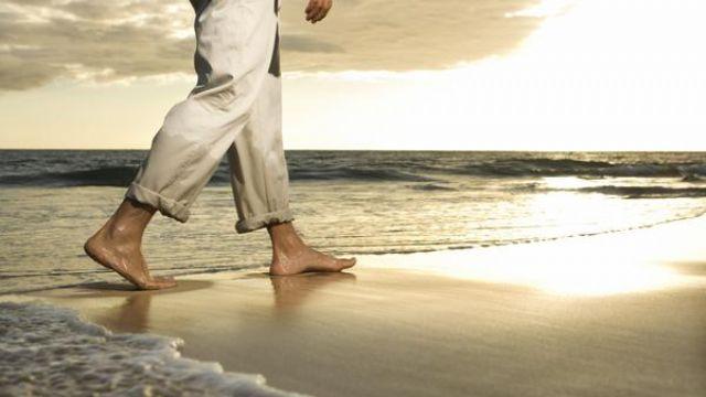 Tatilde mutlaka çıplak ayakta kumsalda yürüyün