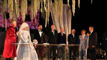 Cumhurbaşkanı Erdoğan düğünde Nihat Zeybekci'nin kızından 4 çocuk sözü aldı