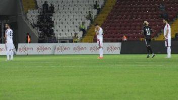 Gaziantepsporlu oyunculardan yönetime 1 dakikalık protesto