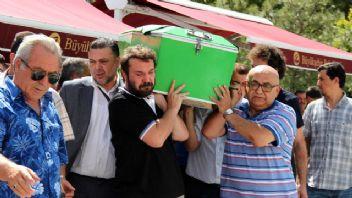 Halil Sezai, babasını toprağa verdi