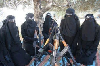 IŞİD terör örgütü kadınları savaşa hazırlıyor