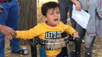 Küçük çocuk parkta oynarken çöp kutusuna sıkıştı