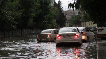 İstanbul aşırı yağışa teslim! Trafik felç