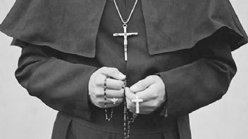 3 kadın papaza tecavüz etti